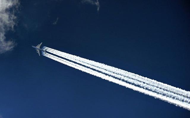 Как называется след от самолета в небе