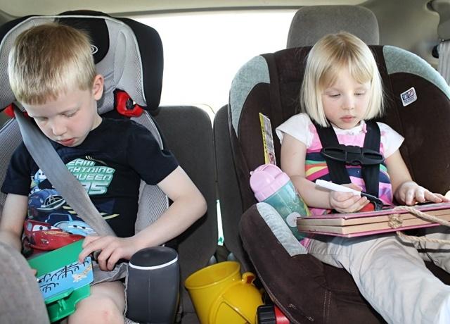 Чем занять ребенка в самолете: что можно взять с собой для малыша
