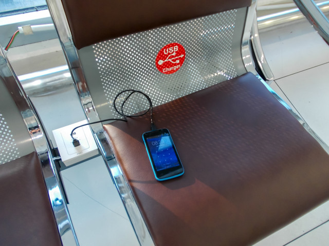 Можно ли в самолете зарядить телефон