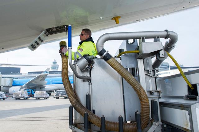 Как работает туалет в самолете